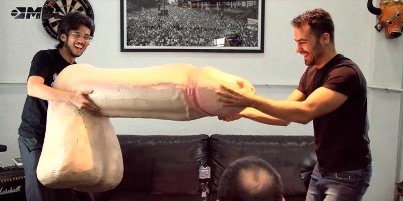 MBL segurando um pênis